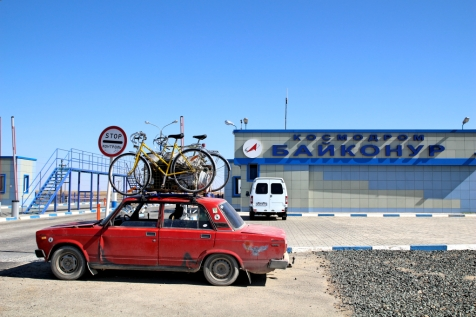 Lada Csmodromen edessä Baikonurissa