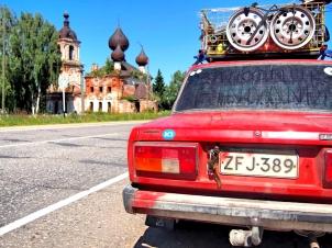 Larssoni ja hylätty kirkko matkalla Yaroslavliin