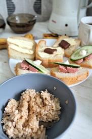 Aamupalaksi puuroa ja leipää suklaalla.