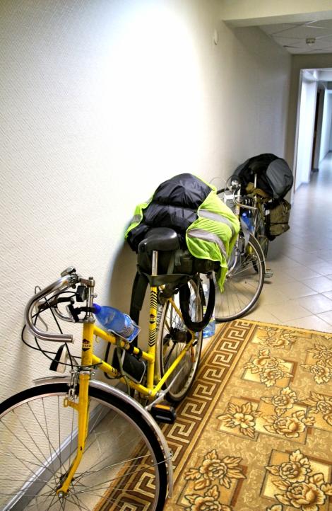 Pyörät hostellin käytävällä