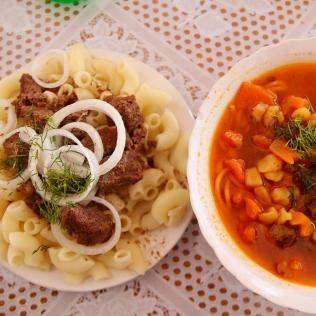 Kazakstanilaista Goulashia ja lihakeittoa