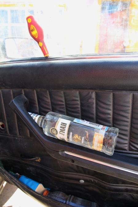 Vodkapullo varalla, jos auto hajoaa.