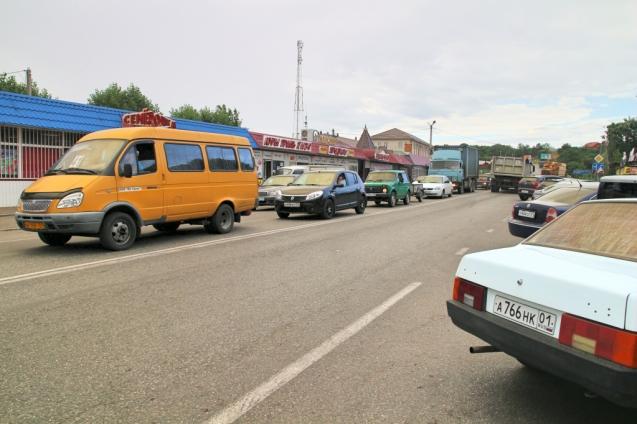 Liikennettä bussipysäkin ympäristössä