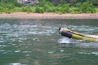 Muovibambut lipuu pitkin joen pintaa