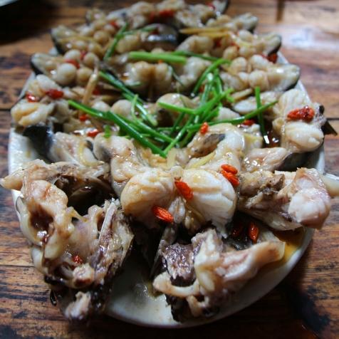Tuoretta paikallista kalaa kiinalaisittain