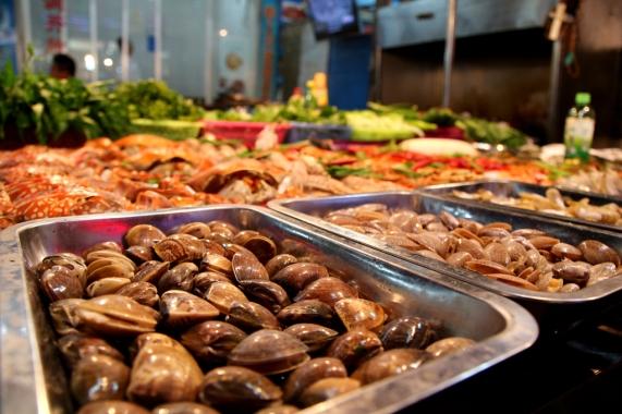 Simpukoita tarjolla ruokamarketilla