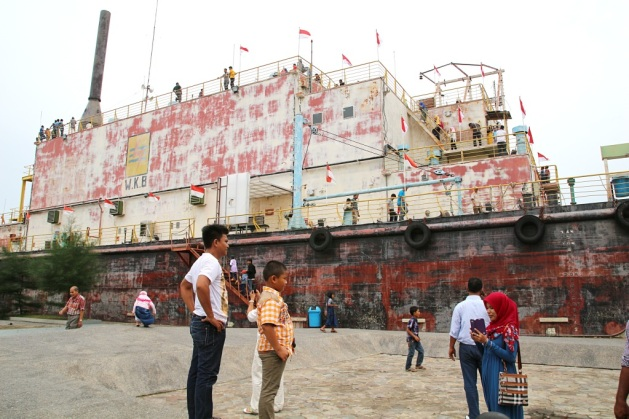 Iso laiva keskellä kaupunkia