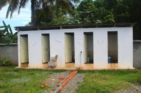 Kambodzalainen WC-rakennus ja maksupiste