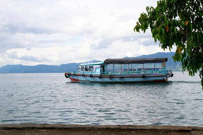 Lautalla Samosirin saarelle