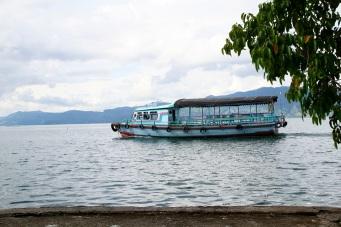Lautalla Samosirin saarelle ja takas