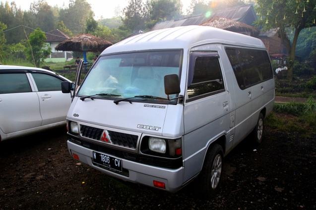 Minibussilla kraatterille