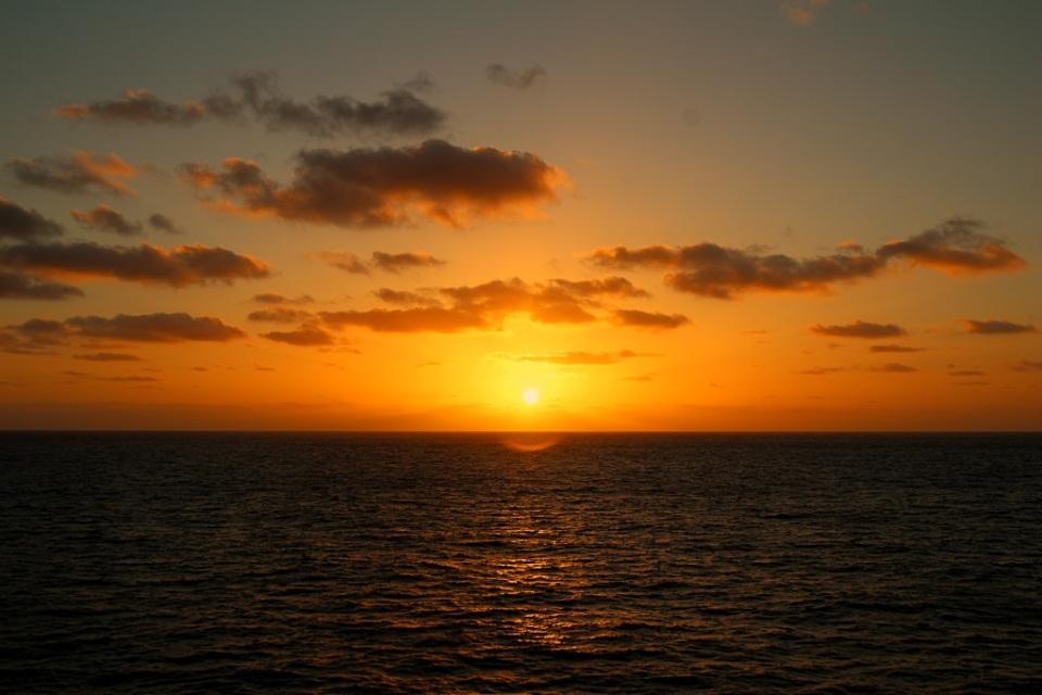 Mahtavia auringonlaskuja avomerellä