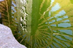 Vedessä pyörii