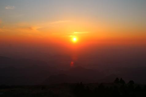 Aurinko laskee vuorten keskelle?