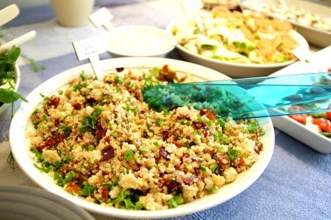 Kvinoasalaattia valmistujaisissa