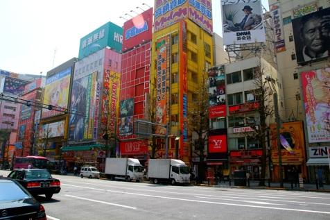 Tokion väriloistoa