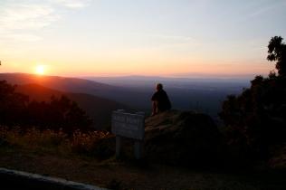 Auringonlaskua ihailemassa