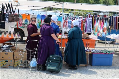 Amish-naisia kaupoilla