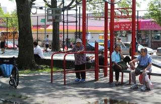 Mummojumppaa puistossa