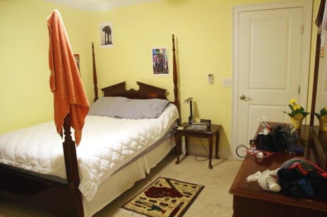Pehmeä sänky ja nätti huone