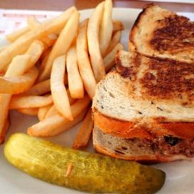 Sandwich ja suolakurkku