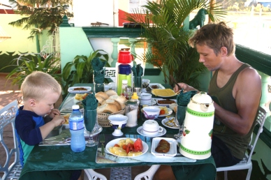 Miehet aamiaisella