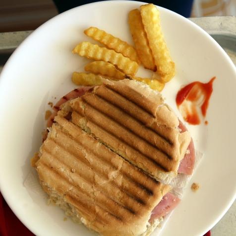 Kuubalainen sandwich ja ranskikset
