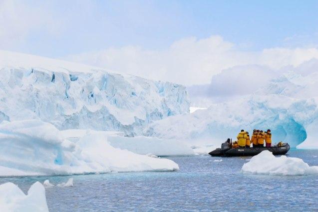 Jäävuorien ja -lauttojen keskellä