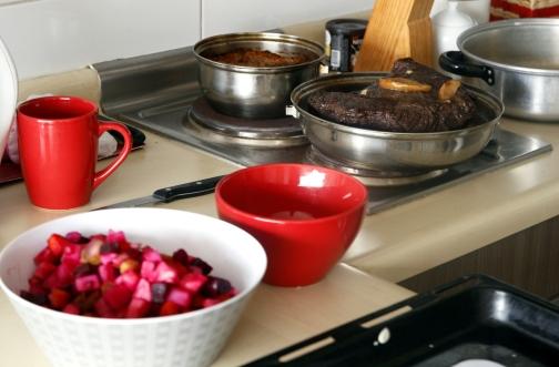 Rosollia, porkkanalaatikkoa, herneitä ja lihaa