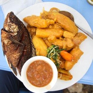 Tanzanialaista kalaa ja banaania