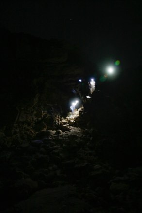 Laskeutumassa kraatteriin